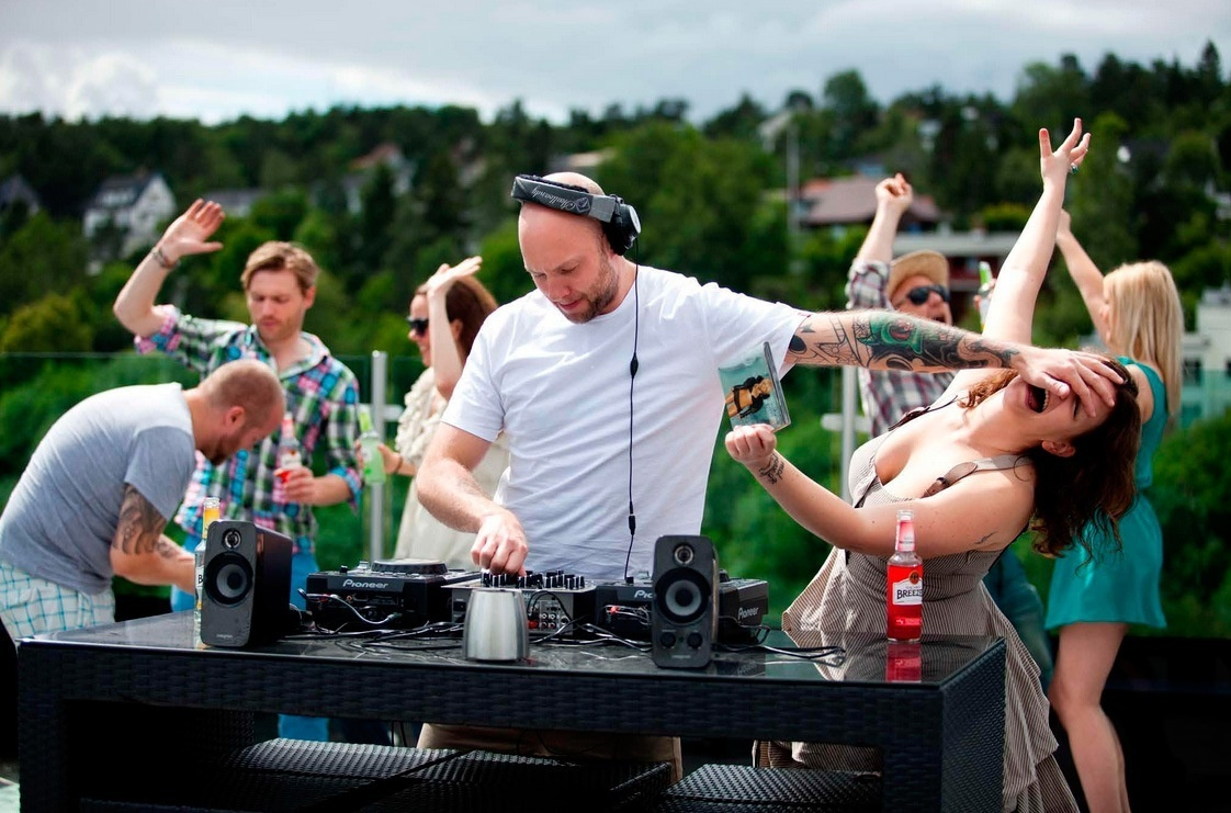 LET DJS BE DJS AND STOP TELLING THEM WHAT TO PLAY